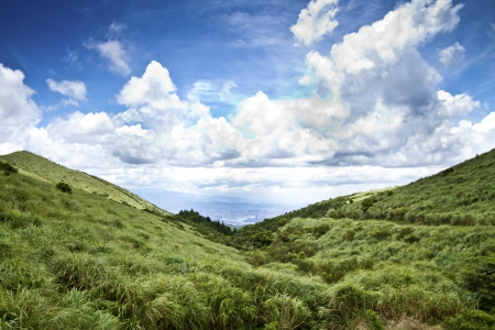 Grass Mountain and blue cloudy sky background located in Taipei, Taiwan Standard-Bild