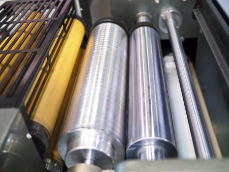 offsetdruck: Nahaufnahme printng Maschine arbeiten teilweise mit wei�em Licht Lizenzfreie Bilder
