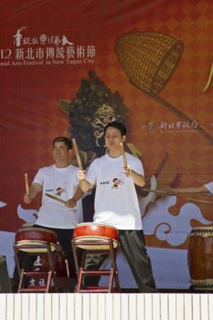 tradional: NEW TAIPEI CITY,TAIWAN -November 3,2012:drum performance in LuZhou elementary School for celebrating the Taiwanese Traditional Art Festival on November 3,2012 in New Taipei City,Taiwan .