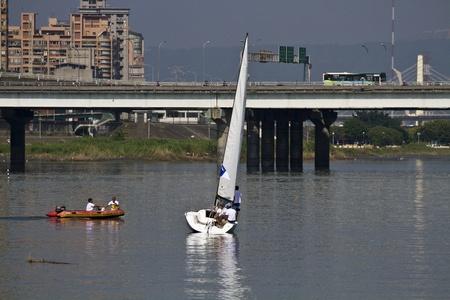 kiel: Taipei, Taiwan-November 10,2012: Kielboot zeilen op de rivier in 2012 Taipei Keel Boat Competition in Dadaocheng Wharf november 10,2012 in Taipei, Taiwan