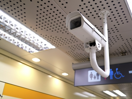 cctv: c�maras de seguridad en la pared en el espacio p�blico interior