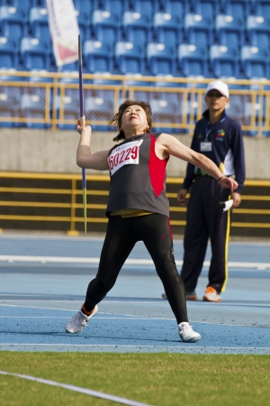 lanzamiento de jabalina: TAIPEI, TAIW?N-Noviembre 4,2012: jabalina mujer atleta lanzar en 17 ? Campeonato de Atletismo M?ster Asia en Taipei estadio de noviembre 4,2012 en Taipei, Taiwan