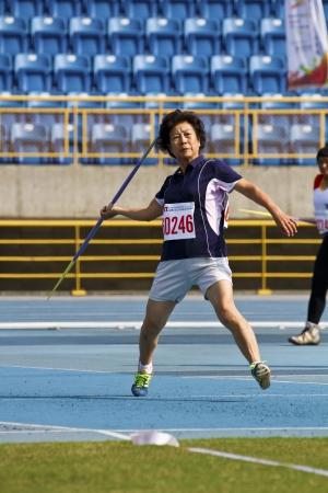 lanzamiento de jabalina: TAIPEI, TAIW�N-Noviembre 4,2012: jabalina mujer atleta lanzar en 17 � Campeonato de Atletismo M�ster Asia en Taipei estadio de noviembre 4,2012 en Taipei, Taiwan Editorial