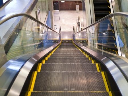 Lege roltrap trap in de Terminal (ondergrondse Mall)