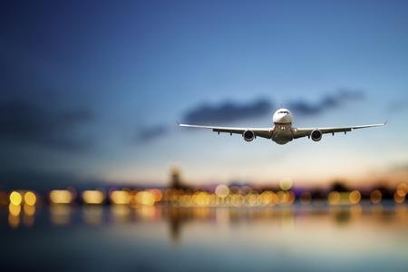 du lịch: xem quan điểm của máy bay phản lực bay với nền bokeh