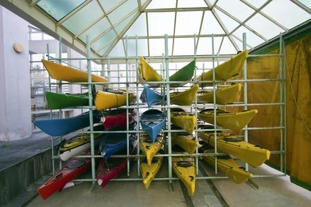 arrogancia: gama de canoas de colores en marco