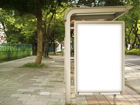 parada de autobus: Cartelera en blanco en la parada de autob�s para su publicidad situado