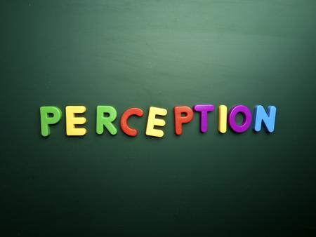 percepción: concepto de la percepción en letras de colores aislados en la pizarra en blanco Foto de archivo
