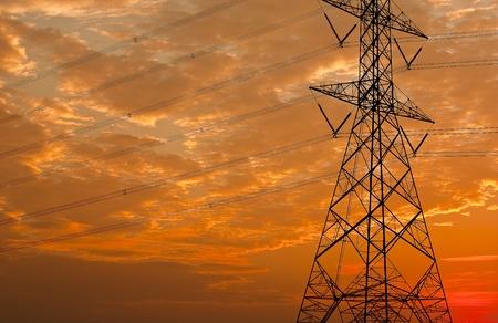redes electricas: Antes del final del sol. Foto de archivo