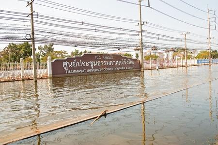 no correr: Bangkok, Tailandia - 14 de noviembre: La calle en frente de la Universidad de Thammasat, Rangsit Campus ha estado inundando el Internet como el coche no puede funcionar al 14 de noviembre de 2011 en la Universidad de Thammasat Rangsit, Bangkok, esta es la peor inundaci�n en la historia o
