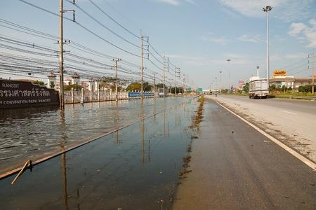 no correr: Bangkok, Tailandia - 14 de noviembre: La calle en frente de Thammasat University, Campus Rangsit ha estado inundando la Internet ya que el coche no se puede ejecutar al 14 de noviembre de 2011 en la Universidad de Thammasat Rangsit, Bangkok, esta es la peor inundaci�n en la historia o