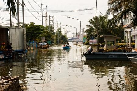 industrial park: Bangkok, Thailandia - 14 novembre: L'ingresso alla Nakorn Nava Industrial Park � una marea alta. Ho bisogno di una barca per viaggiare in - dal 14 novembre, 2011 at Nava Nakorn Industrial Park. Bangkok Questa � la peggiore alluvione della storia della Thailandia. Editoriali