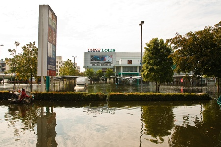 industrial park: Bangkok, Thailandia - 14 novembre: shopping Home Lotus. Nava Nakorn Industrial Park � in piena alta, 14 novembre 2011 a Nava Nakorn Industrial Park. Bangkok Questa � la peggiore alluvione della storia della Thailandia.