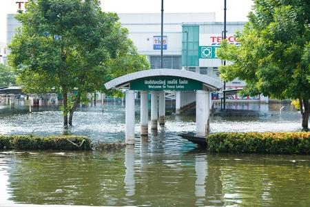 industrial park: Bangkok, Thailandia - 14 novembre: Home shopping Lotus. Nava Nakorn Industrial Park � in piena alta 14 novembre 2011 at Nava Nakorn Industrial Park. Bangkok Questa � la peggiore alluvione della storia della Thailandia.