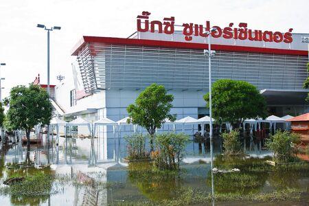 industrial park: Bangkok, Thailandia - 14 novembre: shopping per la casa Big-c. Nava Nakorn Industrial Park � in piena alta 14 novembre 2011 at Nava Nakorn Industrial Park. Bangkok Questa � la peggiore alluvione della storia della Thailandia.
