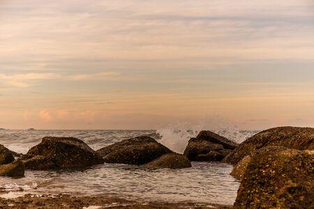 an atmosphere: Ambiente en la salida del sol en la playa Foto de archivo