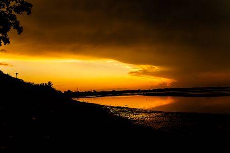 atmosfera: Ambiente en la salida del sol en la playa Foto de archivo