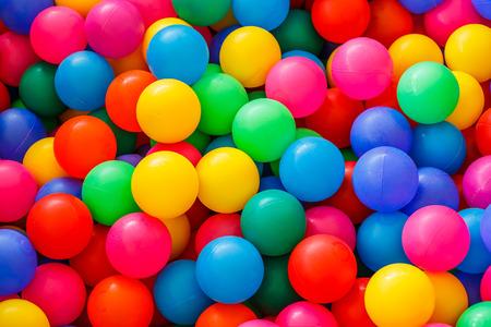 doos gevuld met kleine gekleurde ballen