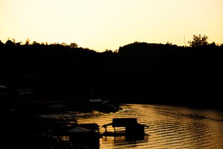 Woonboot avond in de rivier