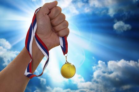 Der Sportler eine Goldmedaille anhält