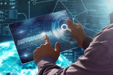 Internet. Entreprise. Concept technologique. Homme d'affaires appuie sur un bouton d'automatisation à la date future tablette à écran virtuel. Banque d'images