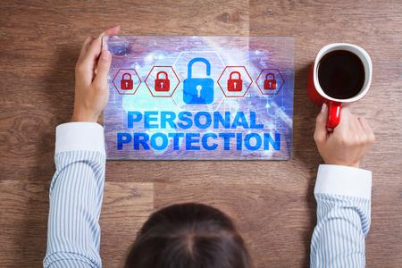 elementos de protecci�n personal: Negocio, Tecnolog�a, Internet y el concepto de red. Mujer de negocios joven con una taza de caf�, trabajar con la tablilla del futuro, seleccionar en la pantalla virtual: Protecci�n personal
