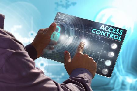 Bedrijfsleven, Techniek, Internet en netwerk concept. Jonge zakenman, het werken op de tablet van de toekomst, selecteert u op de virtuele weergave: Toegangscontrole Stockfoto