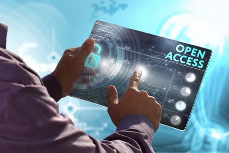 Concetto di business, tecnologia, Internet e rete. Giovane uomo d'affari, lavorando sul tablet del futuro, seleziona sul display virtuale: Open access