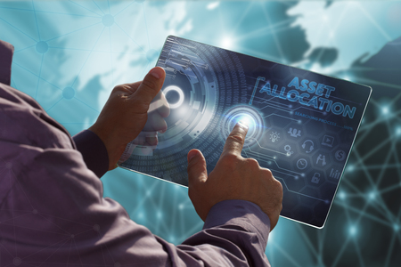 비즈니스, 기술, 인터넷 및 네트워크 개념. 미래의 태블릿에서 일하는 젊은 비즈니스 사람, 가상 화면 선택 : 자산 배분