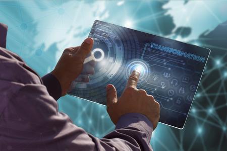 Geschäftsleben, Technologie, Internet und Netzwerk-Konzept. Junger Geschäftsmann auf dem Tablett der Zukunft arbeiten, wählen Sie den virtuellen Bildschirm: Transformation
