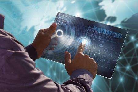 비즈니스, 기술, 인터넷 및 네트워크 개념. 미래의 태블릿에서 일하는 젊은 비즈니스 사람, 가상 화면 선택 : 특허