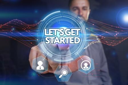 Business, technologie, internet en netwerkconcept. Jonge zakenman, selecteer op het virtuele display: laten we aan de slag gaan