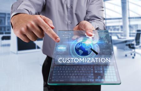 Bedrijfsleven, Techniek, Internet en netwerk concept. Jonge zakenman werken op de tablet van de toekomst. selecteert u de virtuele scherm: Customization