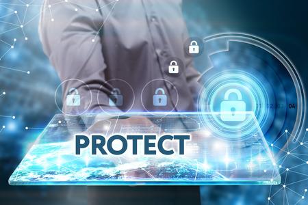 비즈니스, 기술, 인터넷 및 네트워크 개념. 미래의 태블릿에서 일하고 젊은 사업가, 그는 비문을 본다 : 보호 스톡 콘텐츠
