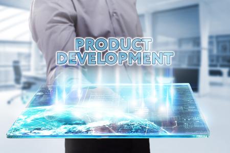 Bedrijfsleven, Techniek, Internet en netwerk concept. Jonge zakenman die aan een tablet van de toekomst, ziet hij de inscriptie: productontwikkeling