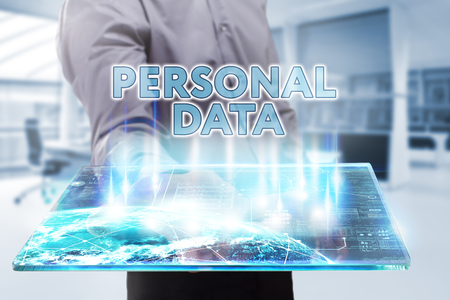datos personales: Negocio, Tecnología, Internet y el concepto de red. hombre de negocios joven que trabaja en una tableta del futuro, que ve la inscripción: datos personales