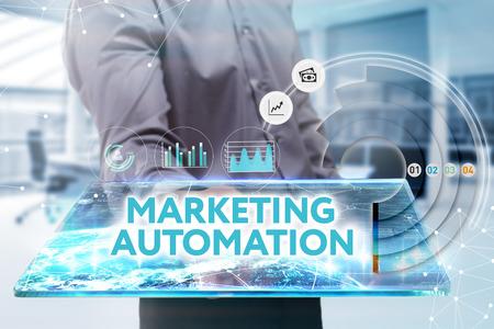 비즈니스, 기술, 인터넷 및 네트워크 개념. 미래의 태블릿에서 일하는 젊은 사업가, 그는 비문을 본다 : 마케팅 자동화