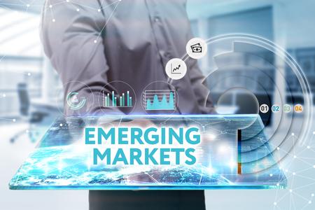 비즈니스, 기술, 인터넷 및 네트워크 개념. 미래의 태블릿에서 일하고 젊은 사업가, 그는 비문을 본다 : 신흥 시장