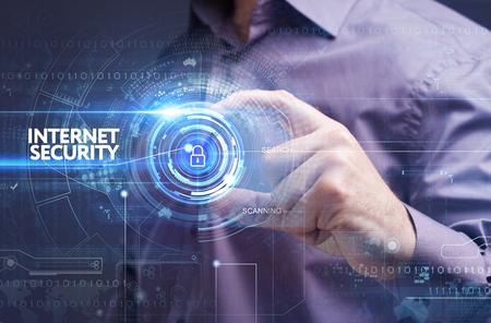 비즈니스, 기술, 인터넷 및 네트워크 개념. 가상 화면에서 작업하는 젊은 사업가 : 인터넷 보안