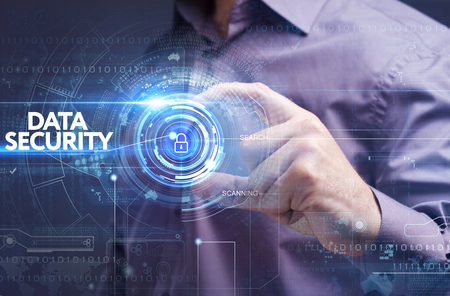 비즈니스, 기술, 인터넷 및 네트워크 개념입니다. 가상 화면에 근무하는 젊은 사업가 : 데이터 보안