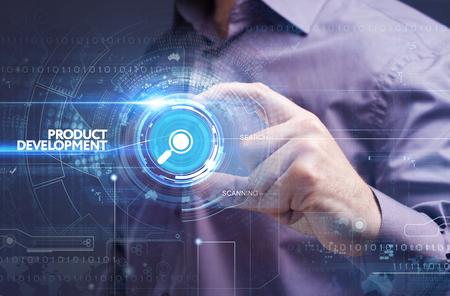 비즈니스, 기술, 인터넷 및 네트워크 개념. 젊은 사업가 미래의 가상 화면에서 작동 하 고 비문을 본다 : 제품 개발