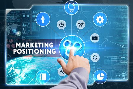 Geschäfts-, Technologie-, Internet- und Netzwerkkonzept. Junger Geschäftsmann, der an einem virtuellen Bildschirm arbeitet: Marketing-Positionierung
