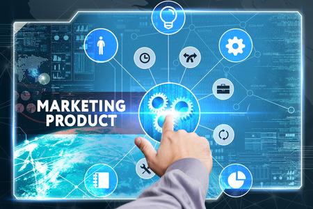redes de mercadeo: Negocio, Tecnología, Internet y el concepto de red. hombre de negocios joven que trabaja en una pantalla virtual: producto de marketing
