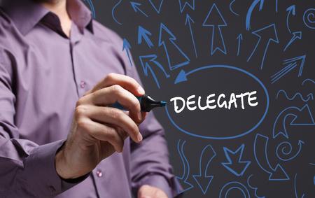 delegar: Tecnología, internet, negocios y marketing. Joven hombre de negocios por escrito la palabra: delegado