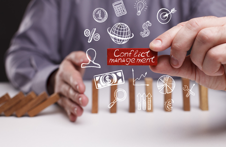 비즈니스, 기술, 인터넷 및 네트워크 개념. 젊은 사업가는 단어를 보여줍니다 : 충돌 관리 스톡 콘텐츠