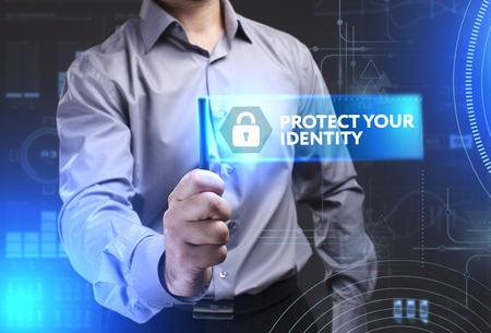 Concept d'affaires, technologie, Internet et réseau. Jeune homme d'affaires montrant un mot dans une tablette virtuelle du futur: Protégez votre identité