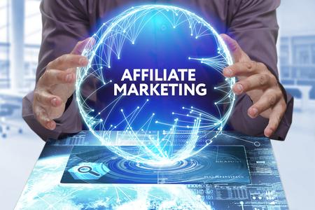Business, Technologie, Internet und Netzwerkkonzept. Junger Geschäftsmann zeigt das Wort auf der virtuellen Anzeige der Zukunft: Affiliate-Marketing Standard-Bild - 72215387