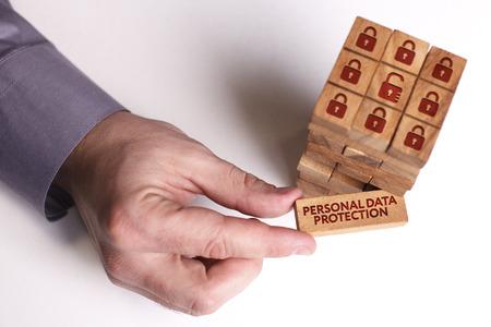 Concepto de negocio, tecnología, internet y red. Joven empresario muestra la palabra: Protección de datos personales