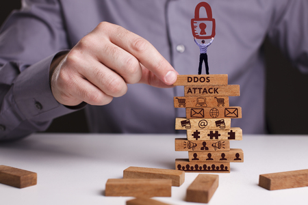 기술, 인터넷 및 네트워크의 개념. 사업가 비즈니스의 작업 모델을 보여줍니다 : Ddos 공격