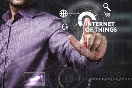 비즈니스, 기술, 인터넷 및 네트워크 개념. 젊은 사업가 미래의 가상 화면에서 작동 하 고 비문을 본다 : 인터넷의 것들